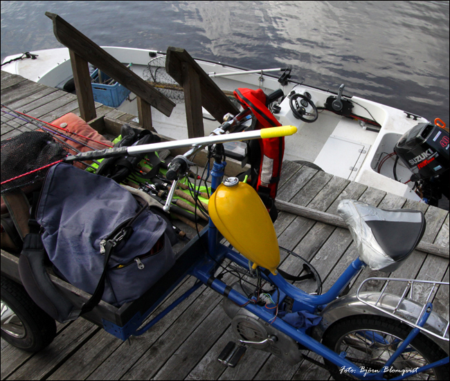 flakmoped brygga båt fiske abborre fiskespön björn blomqvist